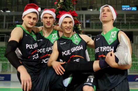 Śpiewający koszykarze PGE Turowa i Stelmetu BC. Kto lepszy?