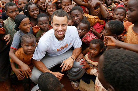 NBA: Kolejna gwiazda ligi pomaga