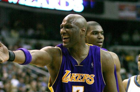 NBA: Odom podnosi się z kolan