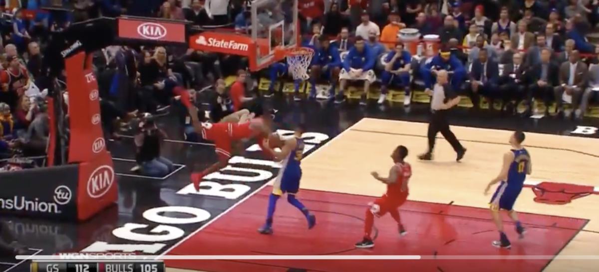 NBA: Bolesny upadek Krisa Dunna (video)